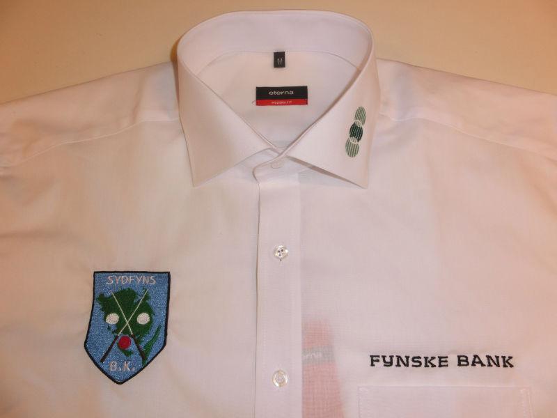 Brodering af logo på skjorte